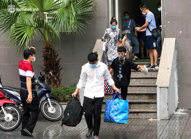 Hà Nội: Hàng trăm sinh viên KTX Mỹ Đình 2 đội mưa chuyển đồ, nhường chỗ cho khu cách ly Covid-19-3