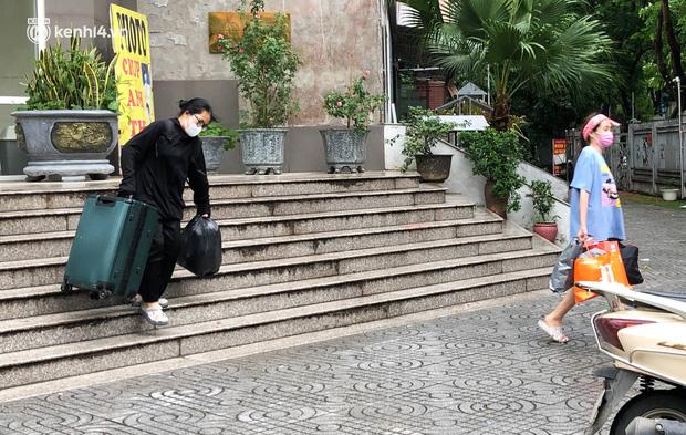 Hà Nội: Hàng trăm sinh viên KTX Mỹ Đình 2 đội mưa chuyển đồ, nhường chỗ cho khu cách ly Covid-19-10