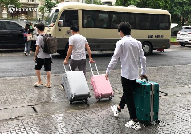 Hà Nội: Hàng trăm sinh viên KTX Mỹ Đình 2 đội mưa chuyển đồ, nhường chỗ cho khu cách ly Covid-19-11
