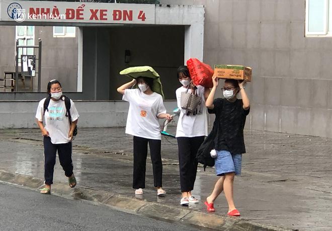 Hà Nội: Hàng trăm sinh viên KTX Mỹ Đình 2 đội mưa chuyển đồ, nhường chỗ cho khu cách ly Covid-19-4