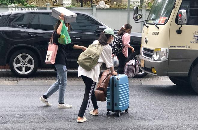 Hà Nội: Hàng trăm sinh viên KTX Mỹ Đình 2 đội mưa chuyển đồ, nhường chỗ cho khu cách ly Covid-19-5