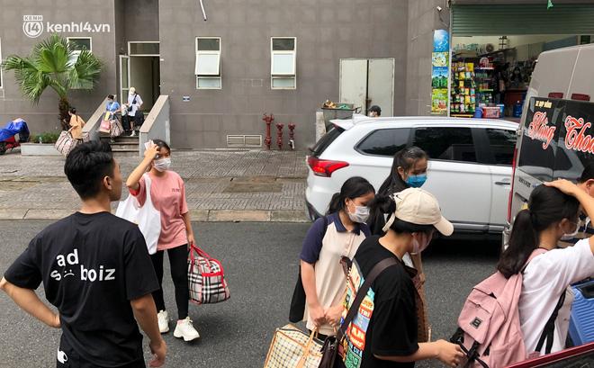 Hà Nội: Hàng trăm sinh viên KTX Mỹ Đình 2 đội mưa chuyển đồ, nhường chỗ cho khu cách ly Covid-19-6