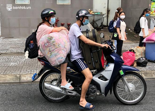 Hà Nội: Hàng trăm sinh viên KTX Mỹ Đình 2 đội mưa chuyển đồ, nhường chỗ cho khu cách ly Covid-19-7