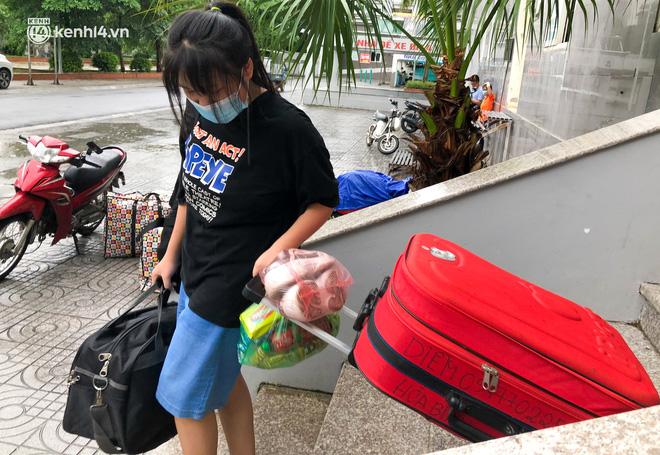 Hà Nội: Hàng trăm sinh viên KTX Mỹ Đình 2 đội mưa chuyển đồ, nhường chỗ cho khu cách ly Covid-19-8