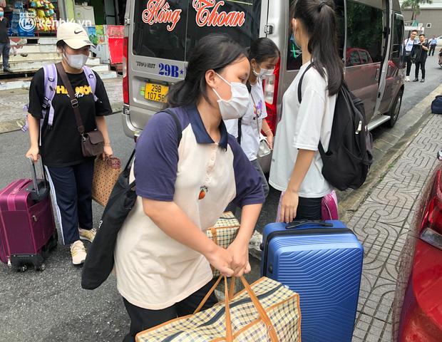 Hà Nội: Hàng trăm sinh viên KTX Mỹ Đình 2 đội mưa chuyển đồ, nhường chỗ cho khu cách ly Covid-19-9
