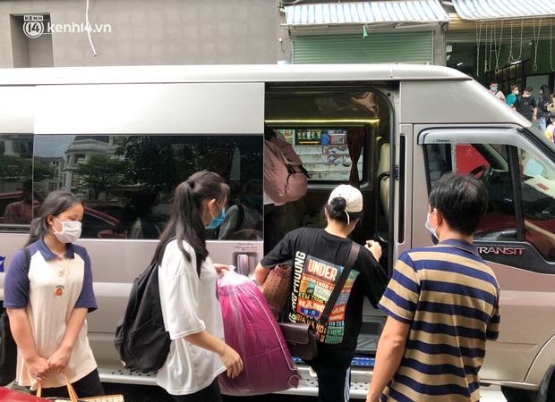Hà Nội: Hàng trăm sinh viên KTX Mỹ Đình 2 đội mưa chuyển đồ, nhường chỗ cho khu cách ly Covid-19-13
