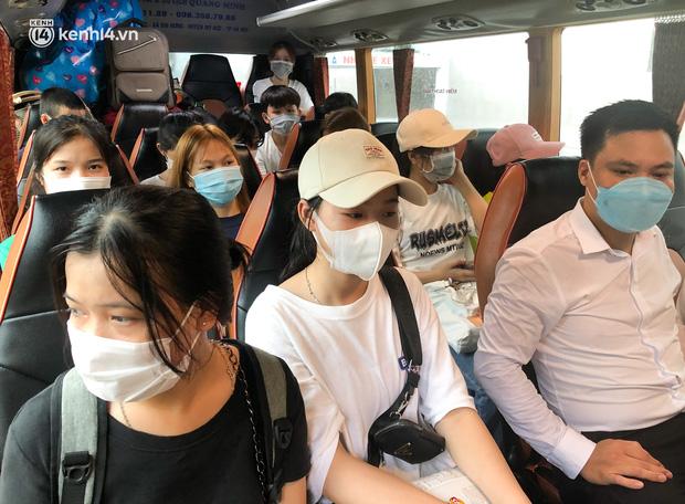 Hà Nội: Hàng trăm sinh viên KTX Mỹ Đình 2 đội mưa chuyển đồ, nhường chỗ cho khu cách ly Covid-19-14