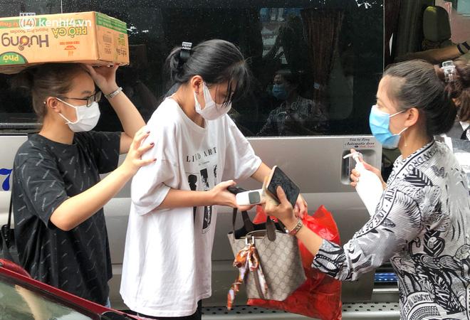 Hà Nội: Hàng trăm sinh viên KTX Mỹ Đình 2 đội mưa chuyển đồ, nhường chỗ cho khu cách ly Covid-19-15
