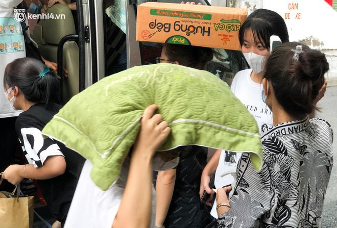 Hà Nội: Hàng trăm sinh viên KTX Mỹ Đình 2 đội mưa chuyển đồ, nhường chỗ cho khu cách ly Covid-19-16