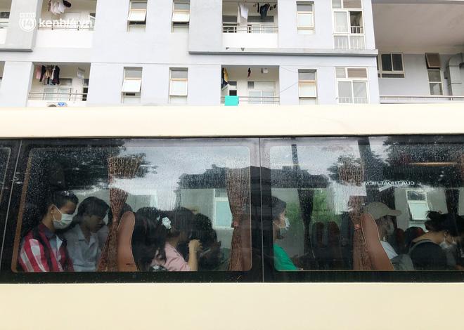 Hà Nội: Hàng trăm sinh viên KTX Mỹ Đình 2 đội mưa chuyển đồ, nhường chỗ cho khu cách ly Covid-19-18