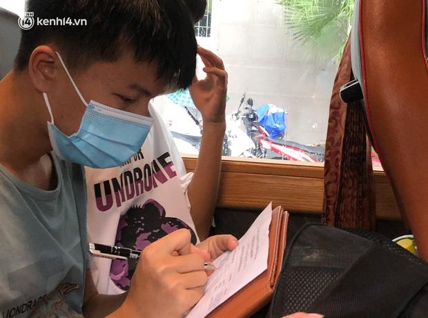 Hà Nội: Hàng trăm sinh viên KTX Mỹ Đình 2 đội mưa chuyển đồ, nhường chỗ cho khu cách ly Covid-19-19