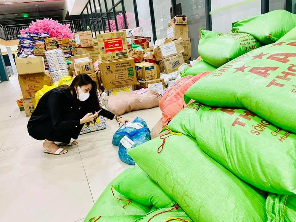 Ca sĩ Thủy Tiên lại bị mắng nhận vơ 1.000 tấn thực phẩm người Hà Tĩnh gửi tặng Sài Gòn vì dòng status ỡm ờ-3