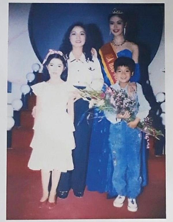 Em trai đăng ảnh lúc Hoa hậu Thu Thủy đăng quang, thổn thức nhớ chị-1