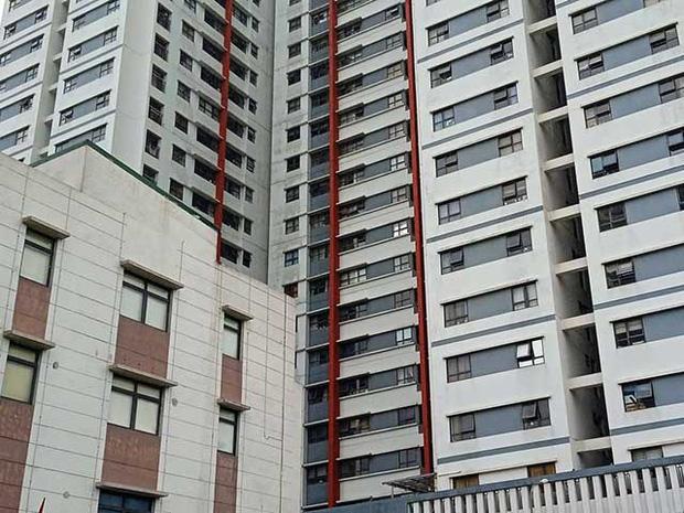Vụ bé trai 3 tuổi rơi từ tầng 6 chung cư KĐT Gamuda tử vong: Cháu bé ở nhà với mẹ, chui qua lưới bảo vệ cửa sổ phòng ngủ-1