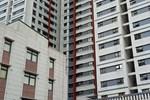 Rơi từ tầng 12 của chung cư xuống mái tôn tầng 1, bé gái sống sót khó tin-1