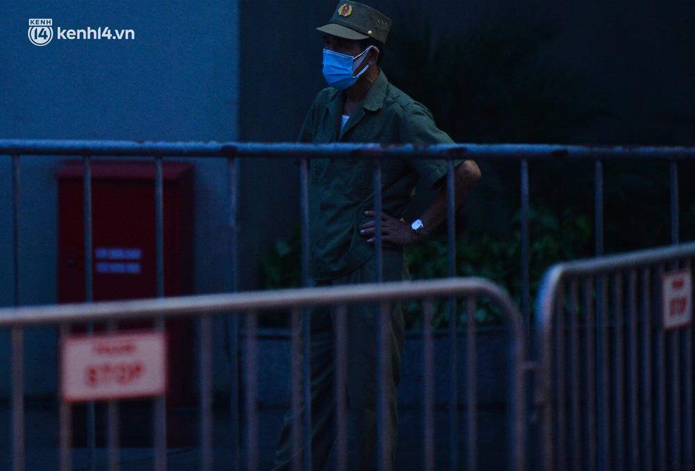 Ảnh: Hà Nội phong tỏa chung cư 4.000 dân trong 14 ngày, người dân chuyển đồ tiếp tế trong đêm qua rào chắn 3 lớp-3