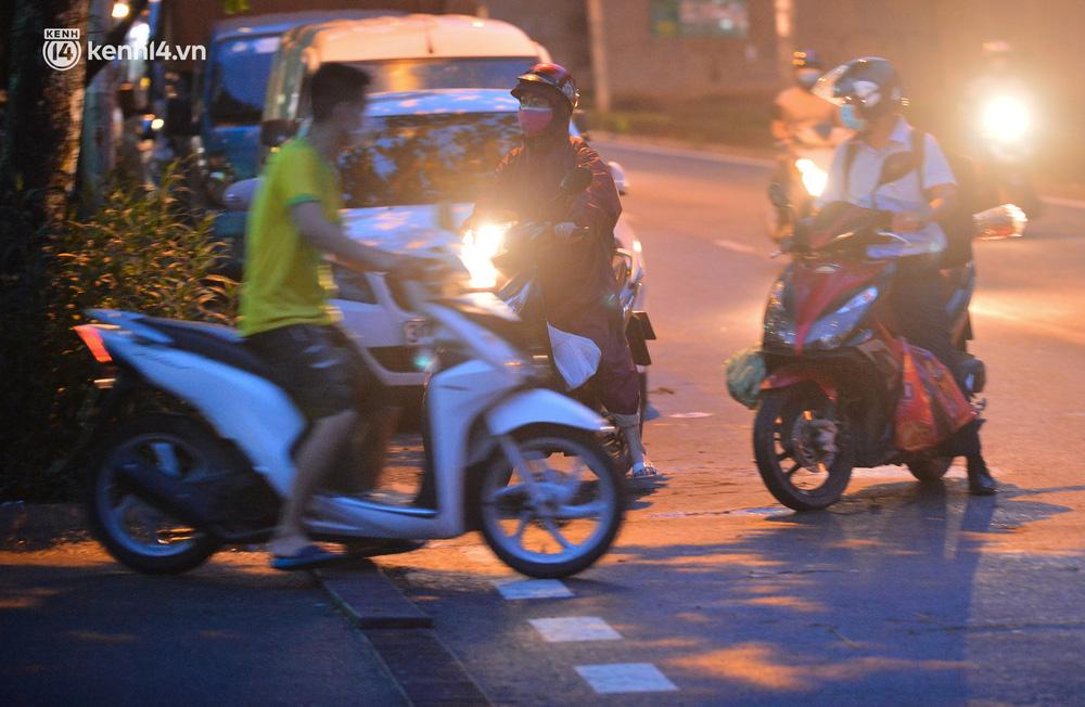 Ảnh: Hà Nội phong tỏa chung cư 4.000 dân trong 14 ngày, người dân chuyển đồ tiếp tế trong đêm qua rào chắn 3 lớp-14