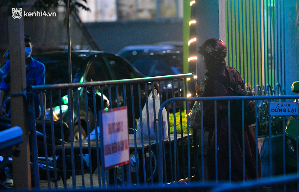 Ảnh: Hà Nội phong tỏa chung cư 4.000 dân trong 14 ngày, người dân chuyển đồ tiếp tế trong đêm qua rào chắn 3 lớp-13