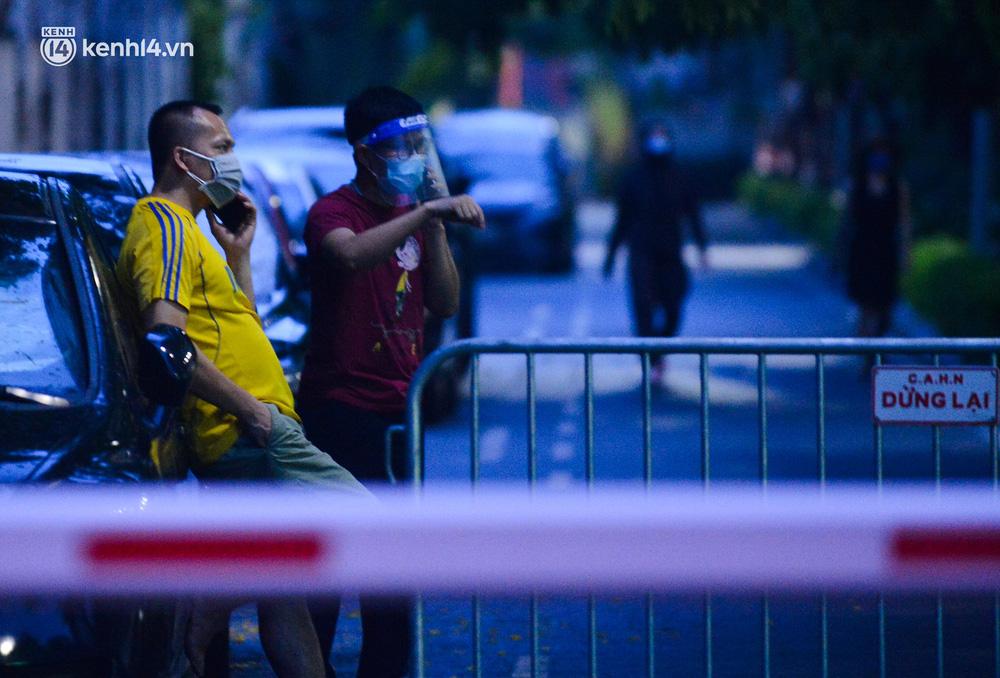 Ảnh: Hà Nội phong tỏa chung cư 4.000 dân trong 14 ngày, người dân chuyển đồ tiếp tế trong đêm qua rào chắn 3 lớp-15