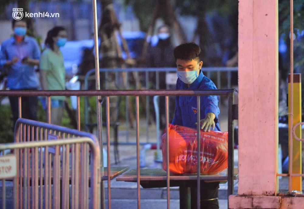 Ảnh: Hà Nội phong tỏa chung cư 4.000 dân trong 14 ngày, người dân chuyển đồ tiếp tế trong đêm qua rào chắn 3 lớp-9