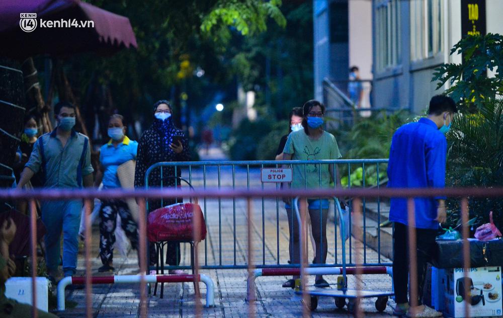 Ảnh: Hà Nội phong tỏa chung cư 4.000 dân trong 14 ngày, người dân chuyển đồ tiếp tế trong đêm qua rào chắn 3 lớp-4
