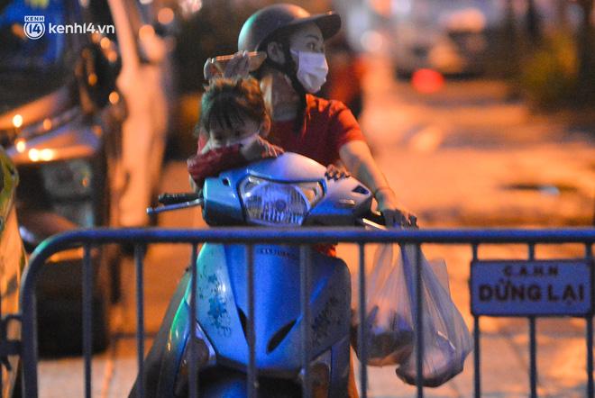 Ảnh: Hà Nội phong tỏa chung cư 4.000 dân trong 14 ngày, người dân chuyển đồ tiếp tế trong đêm qua rào chắn 3 lớp-6