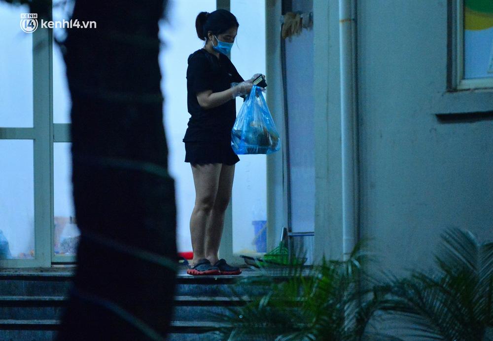 Ảnh: Hà Nội phong tỏa chung cư 4.000 dân trong 14 ngày, người dân chuyển đồ tiếp tế trong đêm qua rào chắn 3 lớp-12