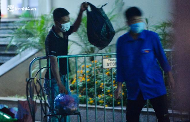 Ảnh: Hà Nội phong tỏa chung cư 4.000 dân trong 14 ngày, người dân chuyển đồ tiếp tế trong đêm qua rào chắn 3 lớp-10