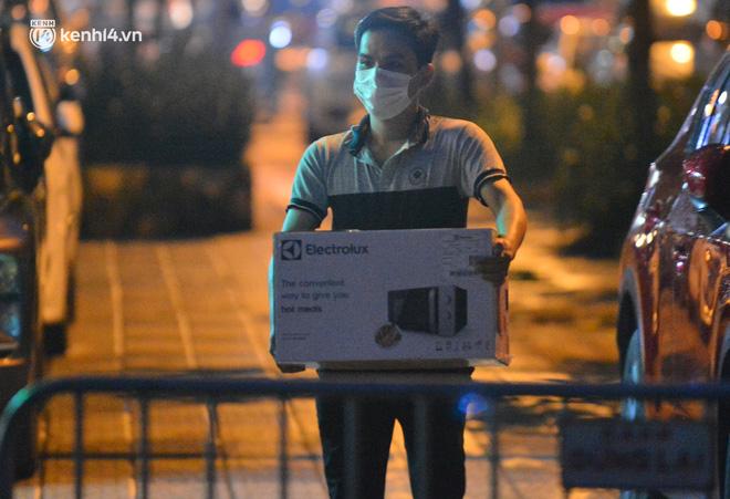 Ảnh: Hà Nội phong tỏa chung cư 4.000 dân trong 14 ngày, người dân chuyển đồ tiếp tế trong đêm qua rào chắn 3 lớp-5