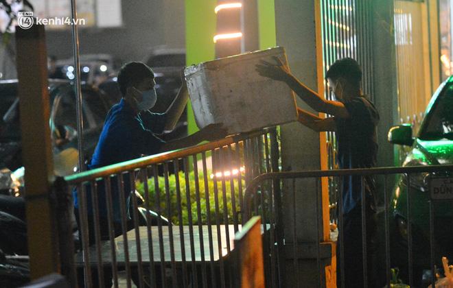 Ảnh: Hà Nội phong tỏa chung cư 4.000 dân trong 14 ngày, người dân chuyển đồ tiếp tế trong đêm qua rào chắn 3 lớp-8