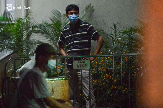 Ảnh: Hà Nội phong tỏa chung cư 4.000 dân trong 14 ngày, người dân chuyển đồ tiếp tế trong đêm qua rào chắn 3 lớp-11