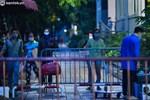 Ảnh: Từ sáng sớm, các khu chợ ở Hà Nội đã đông nghẹt người mua hàng-21