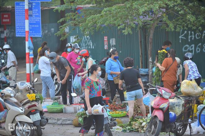 Ảnh: Từ sáng sớm, các khu chợ ở Hà Nội đã đông nghẹt người mua hàng-6