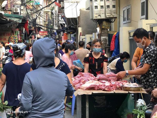 Ảnh: Từ sáng sớm, các khu chợ ở Hà Nội đã đông nghẹt người mua hàng-18