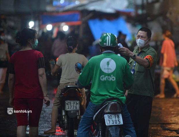 Ảnh: Từ sáng sớm, các khu chợ ở Hà Nội đã đông nghẹt người mua hàng-5