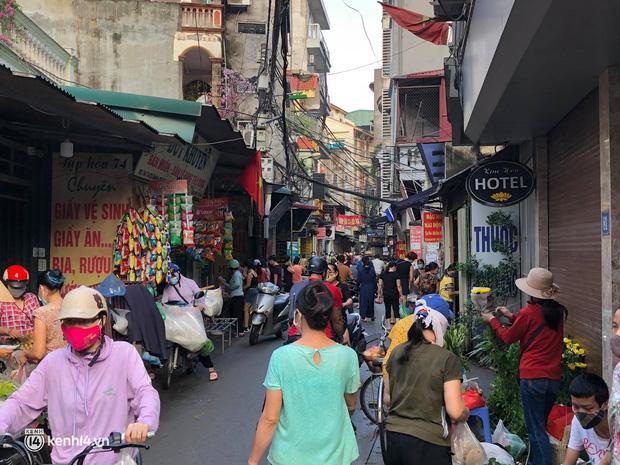Ảnh: Từ sáng sớm, các khu chợ ở Hà Nội đã đông nghẹt người mua hàng-19