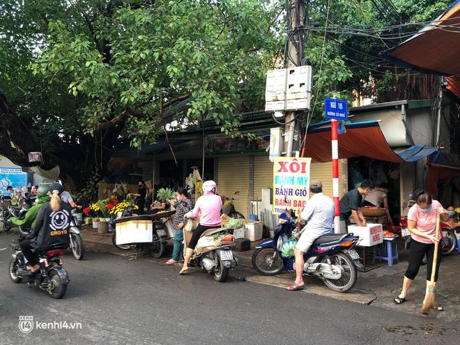 Ảnh: Từ sáng sớm, các khu chợ ở Hà Nội đã đông nghẹt người mua hàng-15
