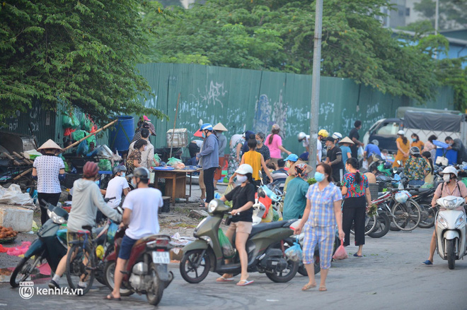 Ảnh: Từ sáng sớm, các khu chợ ở Hà Nội đã đông nghẹt người mua hàng-7
