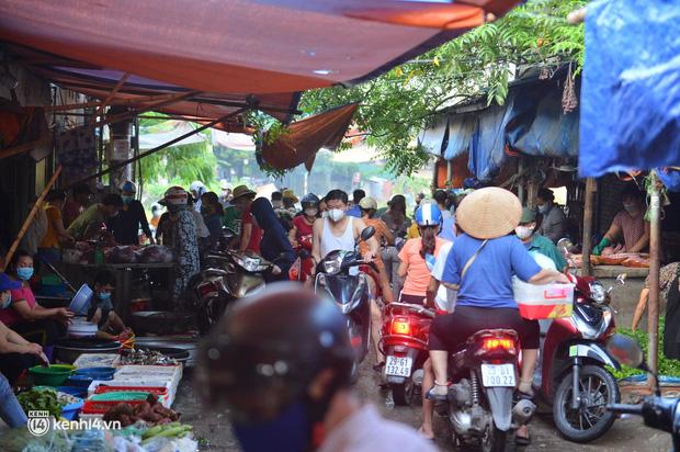 Ảnh: Từ sáng sớm, các khu chợ ở Hà Nội đã đông nghẹt người mua hàng-11