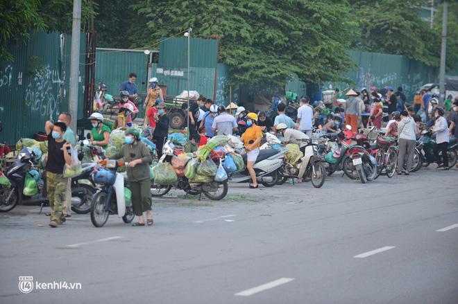 Ảnh: Từ sáng sớm, các khu chợ ở Hà Nội đã đông nghẹt người mua hàng-8