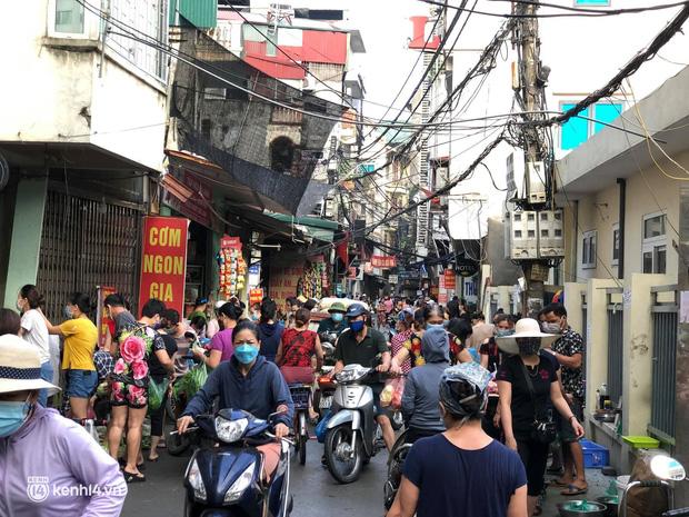 Ảnh: Từ sáng sớm, các khu chợ ở Hà Nội đã đông nghẹt người mua hàng-20