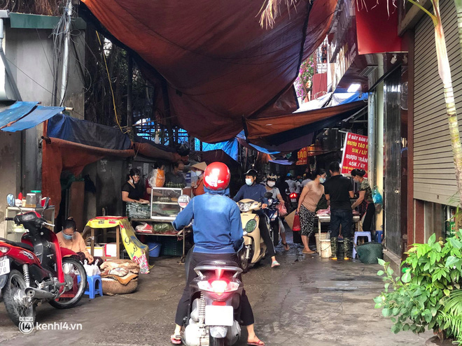 Ảnh: Từ sáng sớm, các khu chợ ở Hà Nội đã đông nghẹt người mua hàng-16
