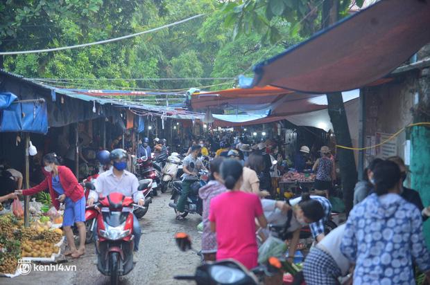 Ảnh: Từ sáng sớm, các khu chợ ở Hà Nội đã đông nghẹt người mua hàng-12