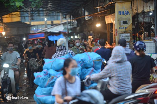 Ảnh: Từ sáng sớm, các khu chợ ở Hà Nội đã đông nghẹt người mua hàng-2