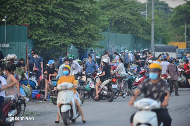 Ảnh: Từ sáng sớm, các khu chợ ở Hà Nội đã đông nghẹt người mua hàng-9