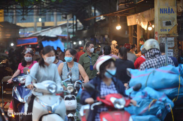 Ảnh: Từ sáng sớm, các khu chợ ở Hà Nội đã đông nghẹt người mua hàng-1
