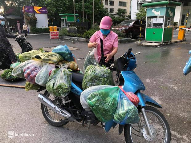 Ảnh: Từ sáng sớm, các khu chợ ở Hà Nội đã đông nghẹt người mua hàng-17