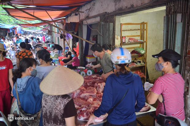 Ảnh: Từ sáng sớm, các khu chợ ở Hà Nội đã đông nghẹt người mua hàng-13