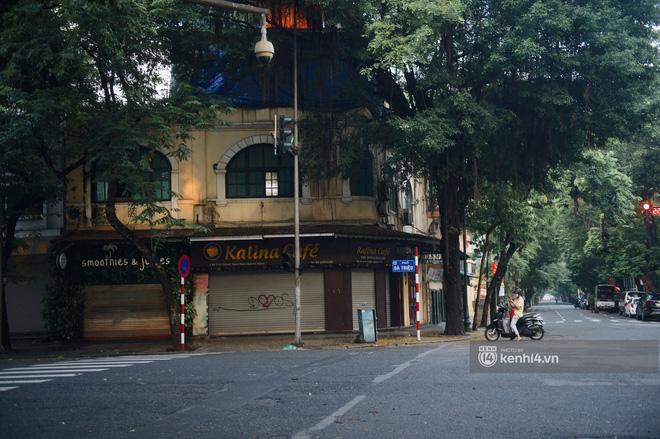 Hà Nội ngày đầu thực hiện giãn cách xã hội theo Chỉ thị 16: Đường phố vắng lặng, hàng quán đóng kín cửa im lìm-4