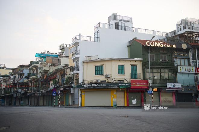 Hà Nội ngày đầu thực hiện giãn cách xã hội theo Chỉ thị 16: Đường phố vắng lặng, hàng quán đóng kín cửa im lìm-3